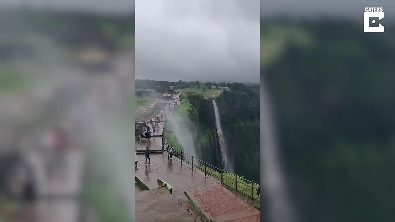 Người dân đua nhau pose hình bên thác nước chảy ngược ở Ấn Độ