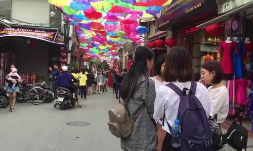 Giới trẻ đua nhau check-in với 'con đường sắc màu' ở Làng lụa Vạn Phúc