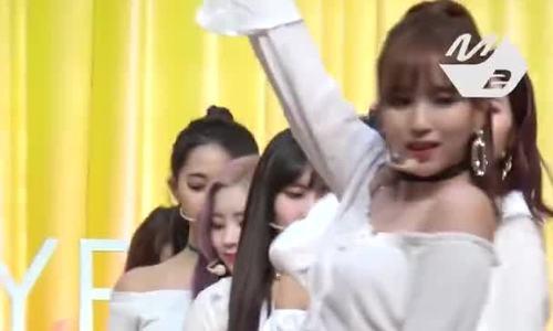 Tzuyu lộ quần bảo vệ, Na Yeon (Twice) gặp sự cố tụt áo ngực trên sân khấu