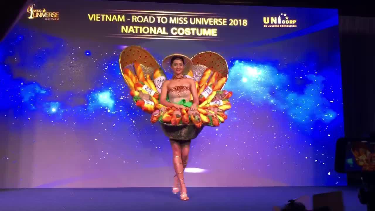 'Bánh mì' chính thức trở thành quốc phục của H'Hen Niê ở Miss Universe