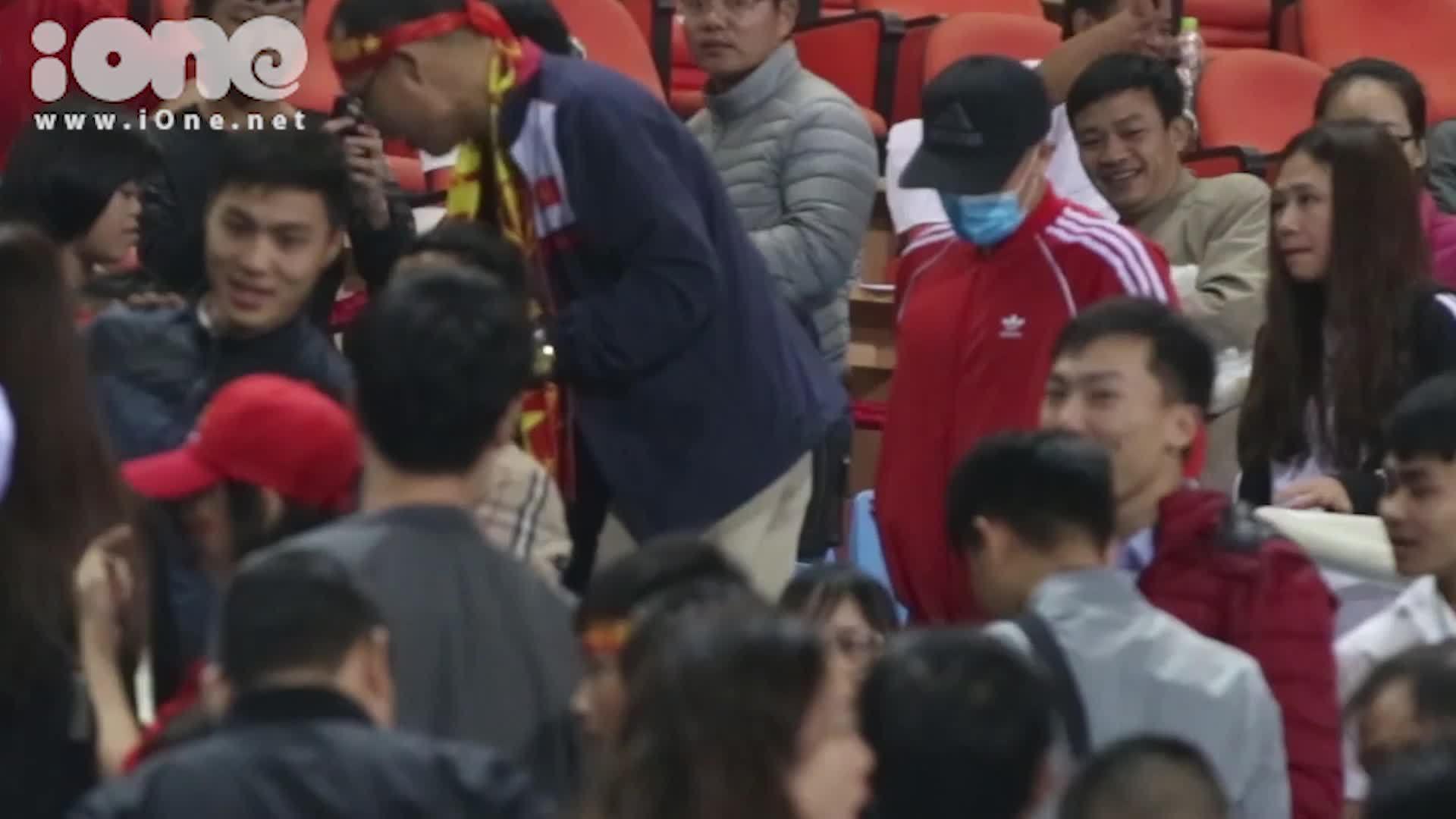 Đình Trọng bịt mặt đi xem trận đấu Việt Nam và Triều Tiên
