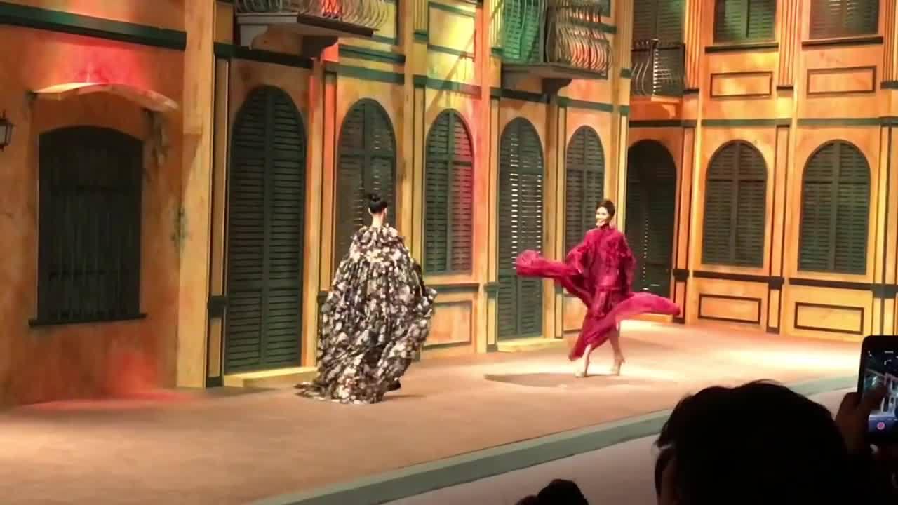 H'Hen Niê liên tục diễn lại cú xoay váy 'thần thánh' khi làm vedette