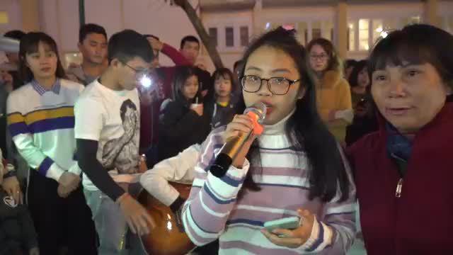 Phương Mỹ Chi ngẫu hứng hát trên phố Đà Lạt gây chú ý
