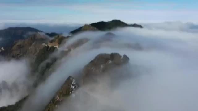 Ngỡ ngàng vẻ đẹp diệu kỳ của thác mây tuôn chảy trên đỉnh núi