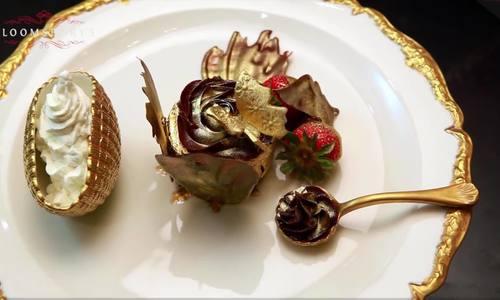 Cận cảnh chiếc bánh ngọt dát vàng 23 carat