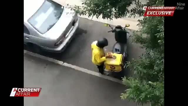 Nhân viên giao hàng lén ăn vụng đồ của khách gây bất bình