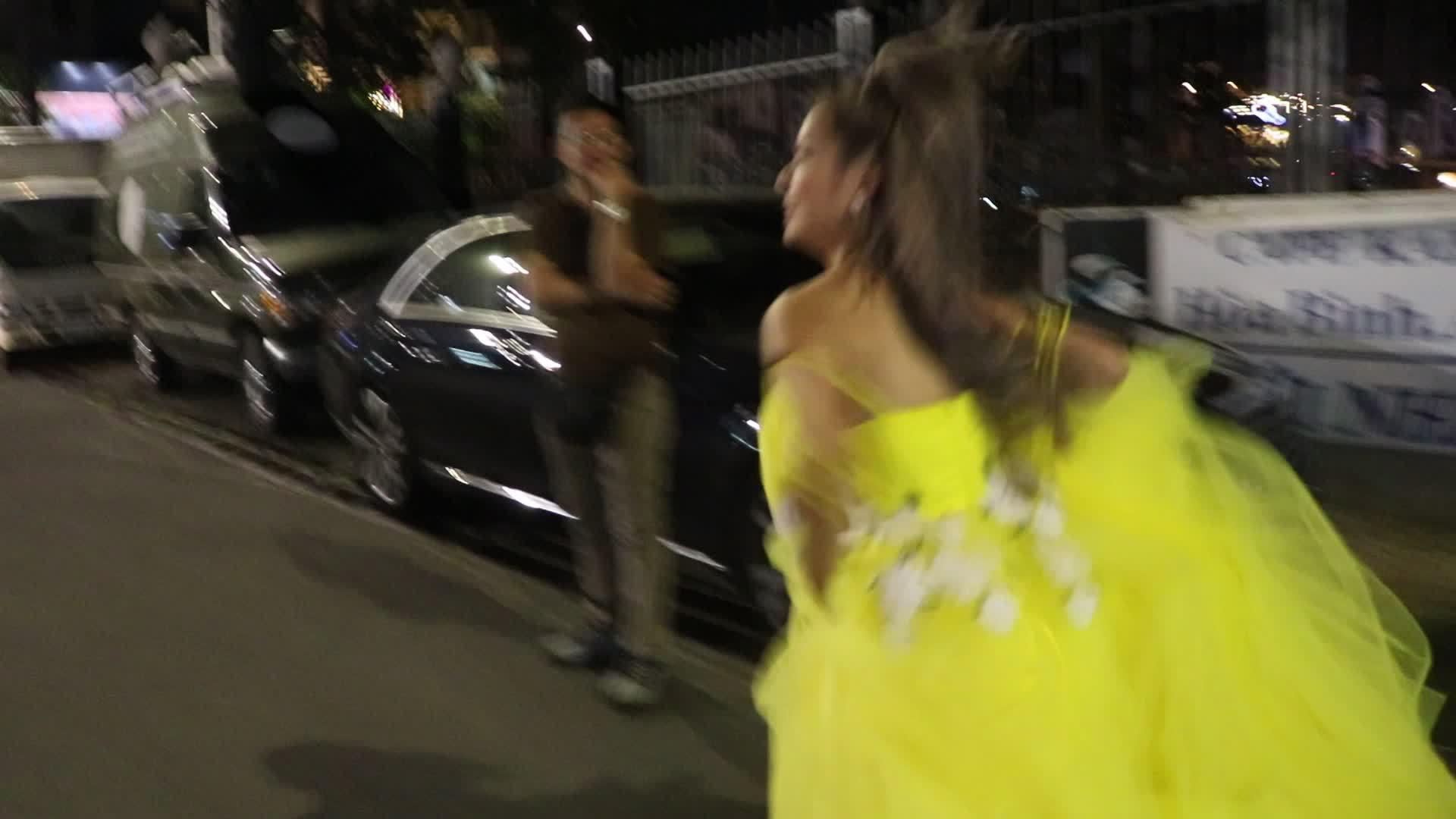 Hoàng Yến Chibi xách váy chạy hùng hục ăn mừng đoạt cup