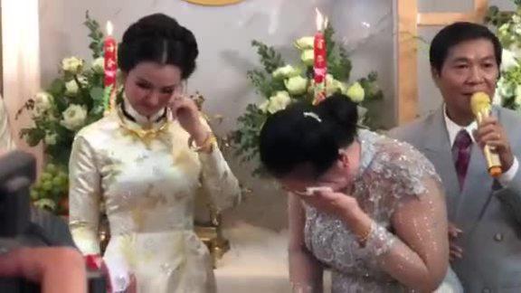 Võ Hạ Trâm và mẹ ruột ôm nhau khóc nức nở trong lễ rước dâu