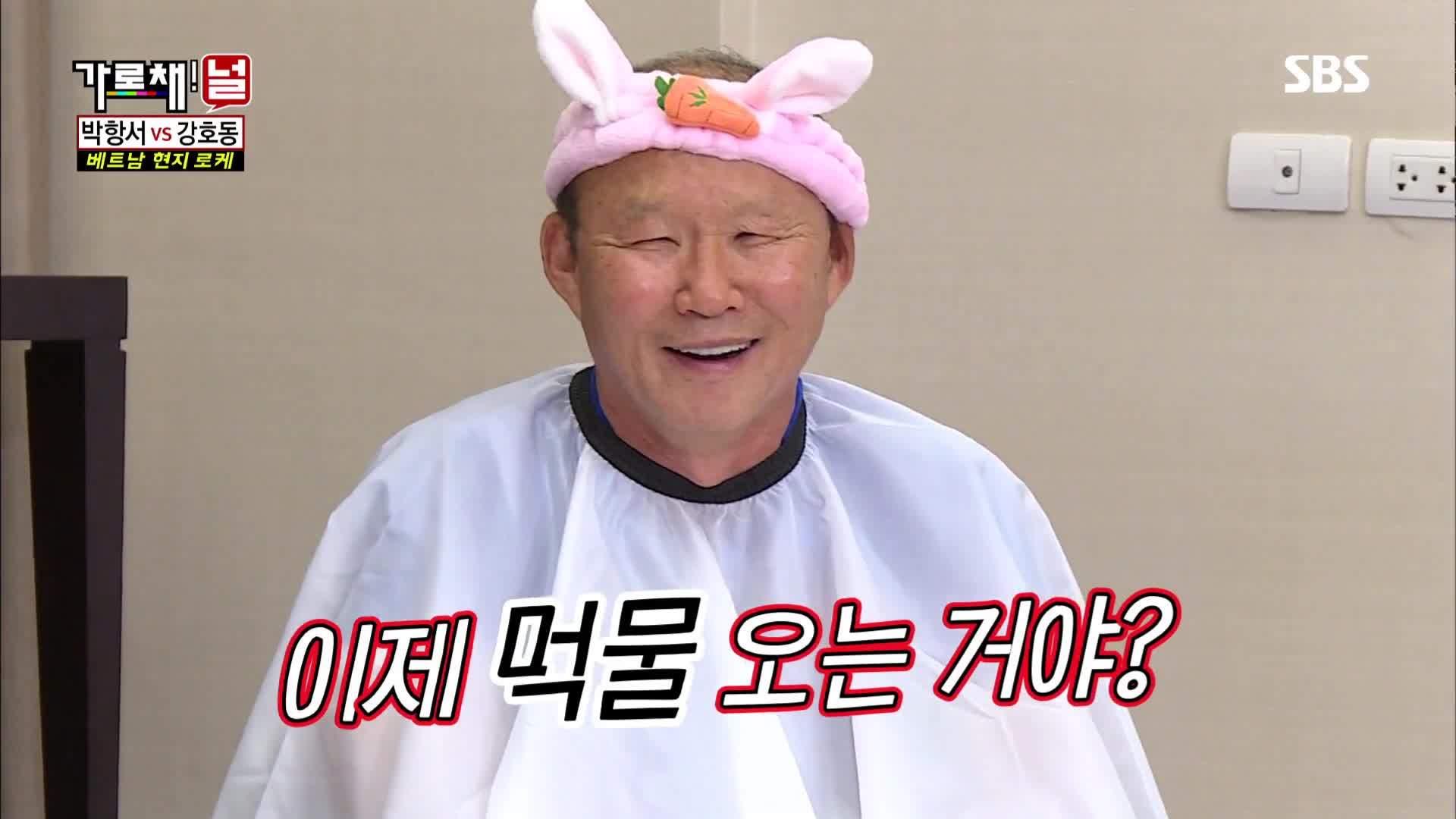 Thầy Park 'bị phạt' hóa mèo yêu không đỡ kịp