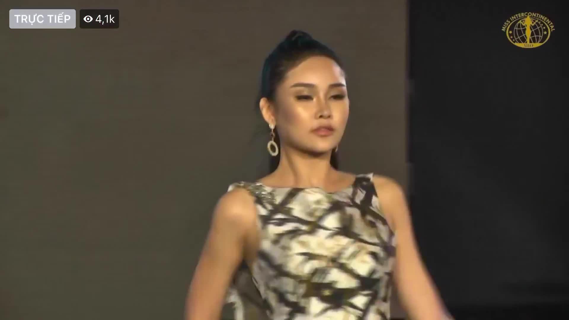 Ngân Anh diễn trang phục dạ hội Miss Intercontinental