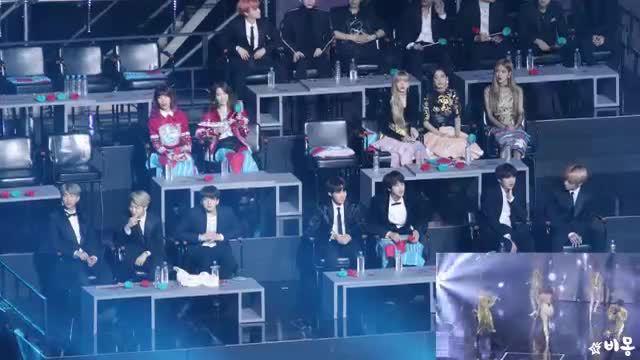 Video 'Idol reaction' - mảnh đất màu mỡ để fan soi loạt biểu cảm 'lạ'