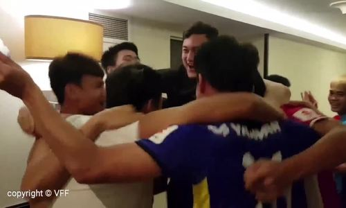 Biết tin lách qua cửa hẹp vào vòng 1/8, cầu thủ Việt Nam ôm nhau ăn mừng