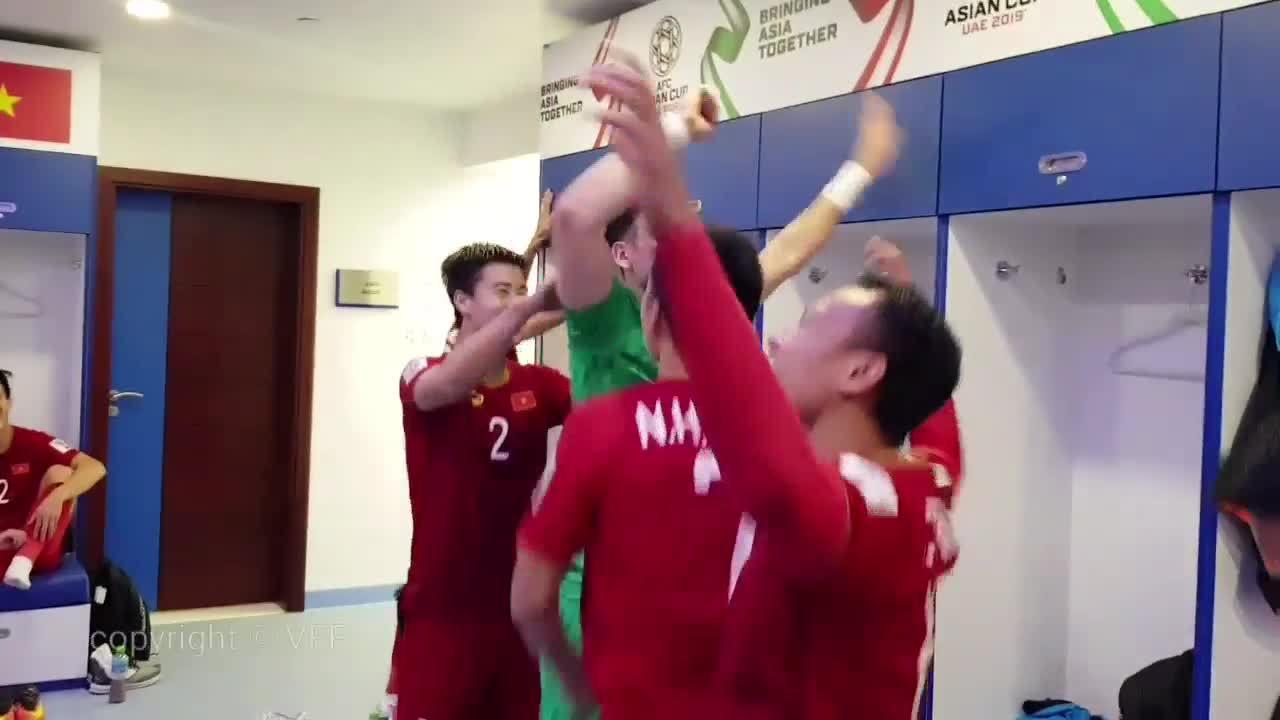 Cầu thủ Việt Nam nhảy cẫng ăn mừng trong phòng thay đồ