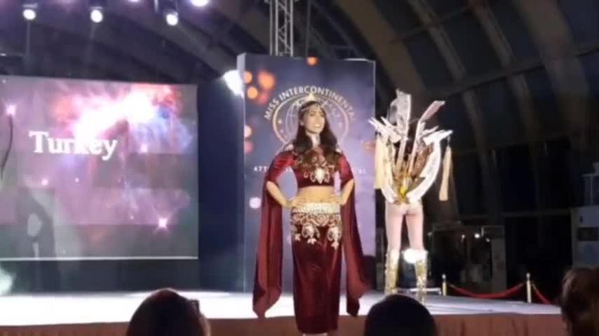 Ngân Anh lộ vòng ba khi trình diễn Trang phục dân tộc
