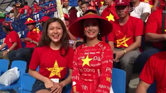 Sao Việt máu lửa cổ vũ tuyển Việt Nam tại Dubai