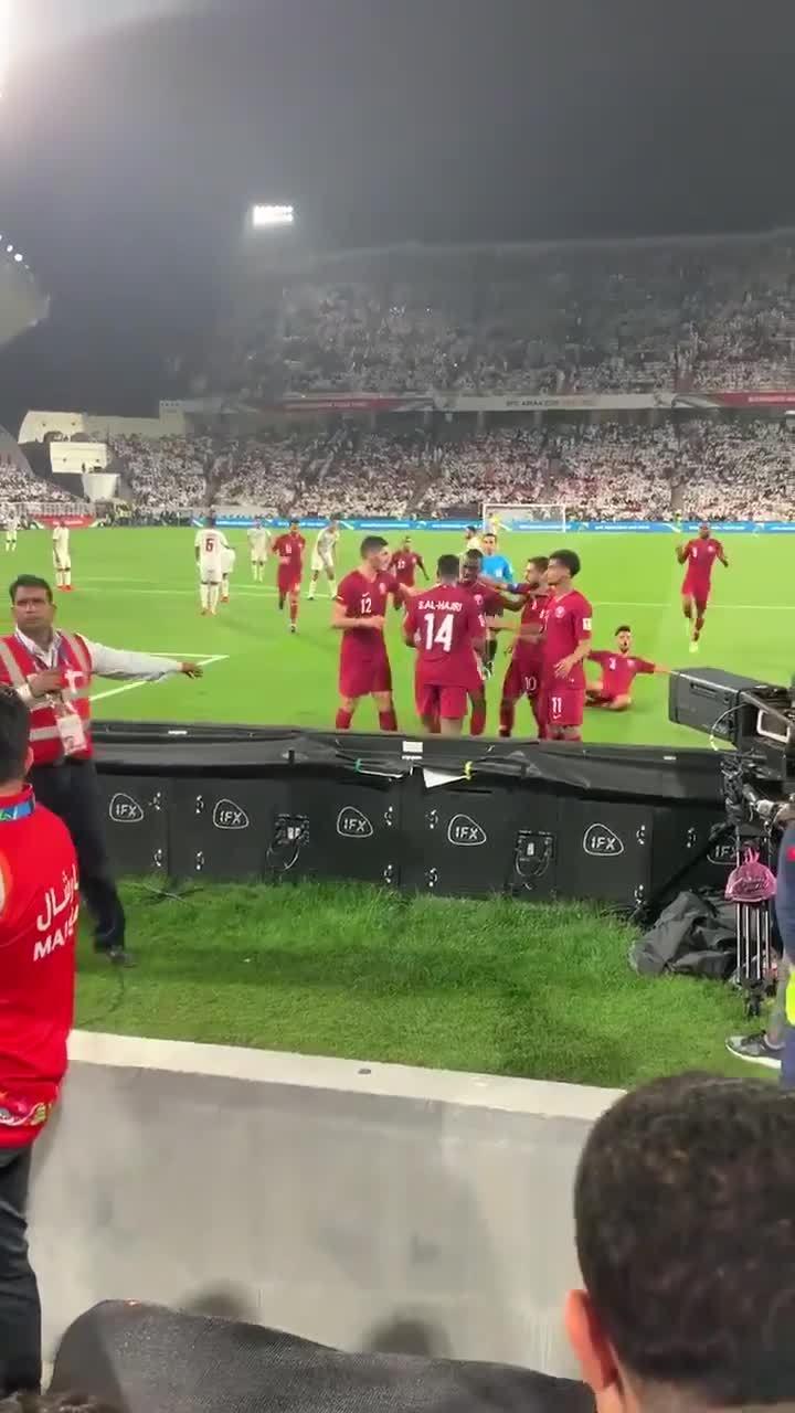 CĐV UAE ném chai lọ xuống sân vì bức xúc thua cuộc