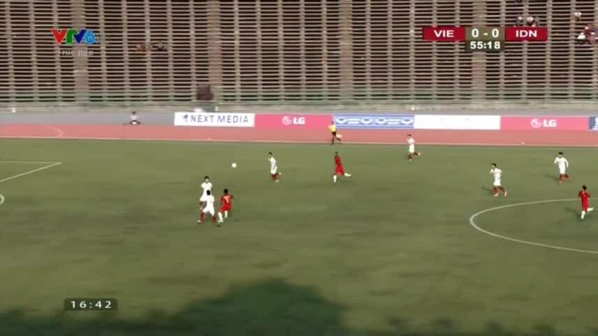 Cầu thủ Indonesia đạp thẳng mặt Văn Đạt vẫn thoát thẻ đỏ khiến fan bức xúc