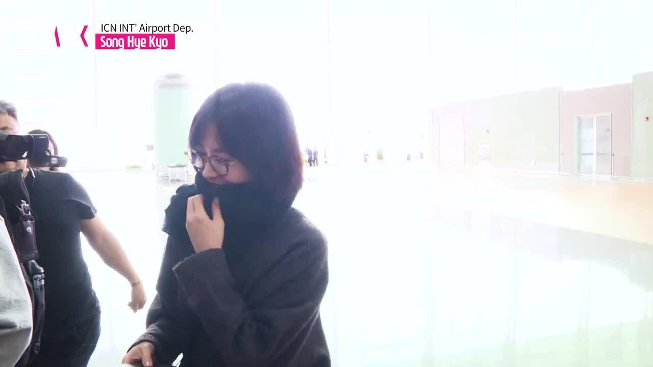 Vừa phủ nhận ly hôn, Song Hye Kyo - Song Joong Ki lại lộ ảnh ngồi xa nhau trong bữa tiệc