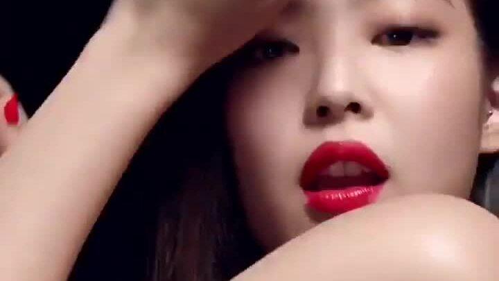 Sao Hàn tô son đỏ: Jennie sang chảnh, Song Hye Kyo đẹp như 'nữ thần'