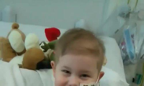 5000 người xếp hàng trong mưa chờ hiến tạng cho cậu bé ung thư bạch cầu