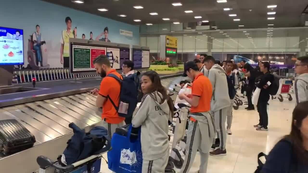 Xuân Trường được fan Thái đón ở sân bay