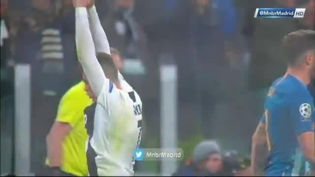 Màn ăn mừng 'chụm tay ôm chỗ kín' phản cảm của Ronaldo