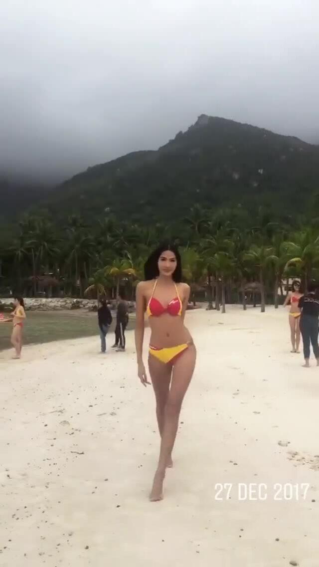 Hoàng Thùy catwalk Hoa hậu Hoàn vũ