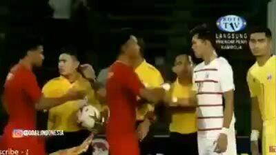 Cầu thủ Campuchia trả đũa hành động của Marinus