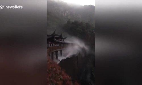 Thác nước 'chảy ngược lên trời' có một không hai ở Trung Quốc