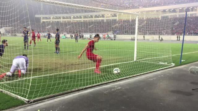 Khoảnh khắc thủ môn Thái Lan bất lực nhìn U23 Việt Nam 'đốt cháy lưới'