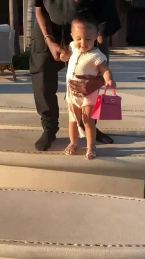 Con gái Kylie xách túi Hermes đi dạo