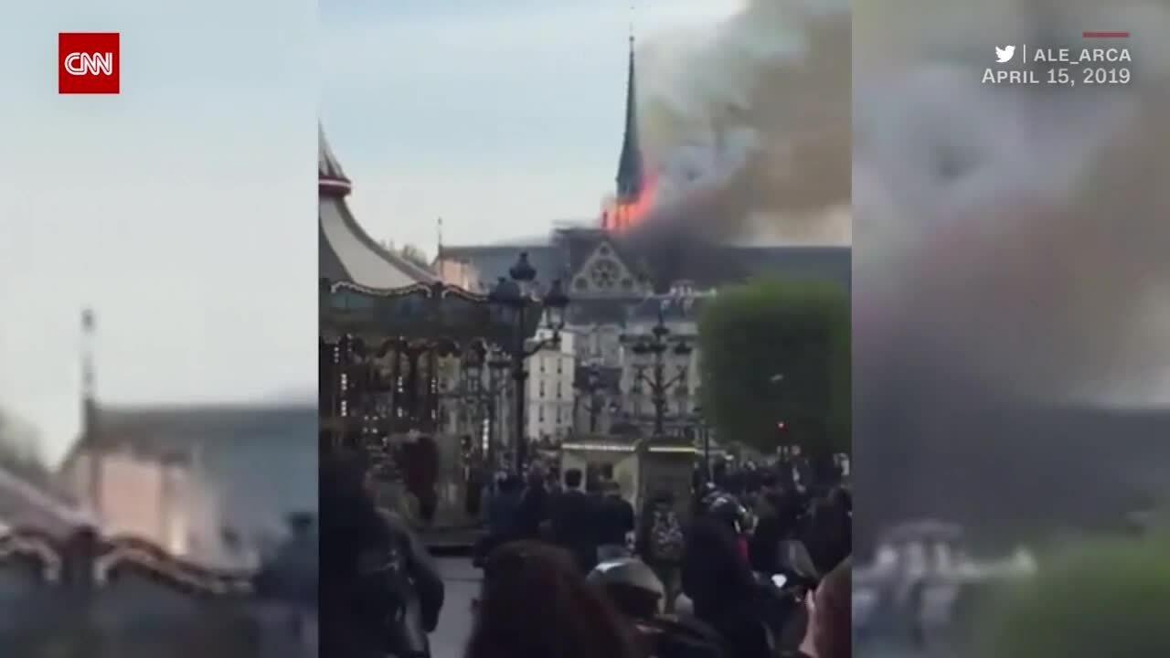 Nhà thờ Đức Bà chìm trong biển lửa