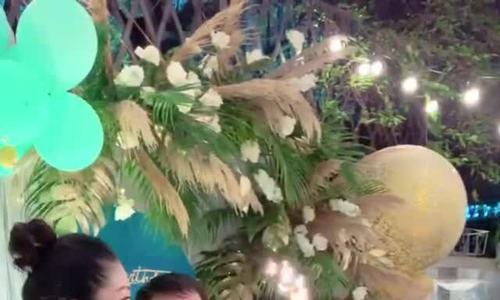 Á hậu Thanh Tú lộ bụng bầu 'vượt mặt' trong tiệc sinh nhật