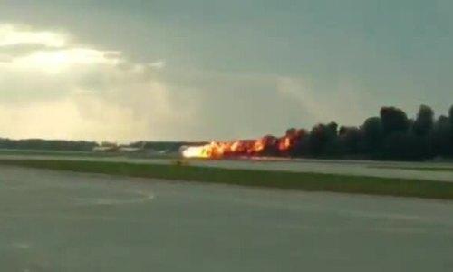 Khoảnh khắc máy bay Nga bốc cháy như ngọn đuốc khiến 41 người chết