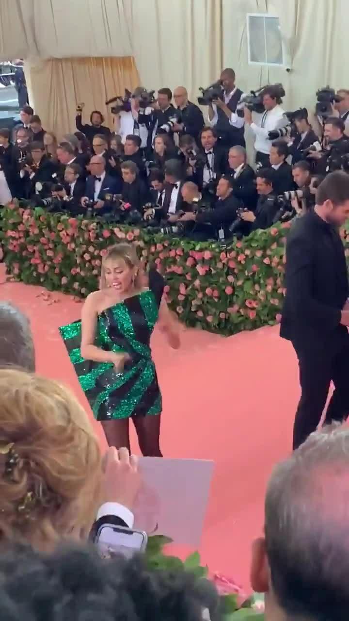 Miley Cyrus gây sốc khi liếm mặt chồng trên thảm đỏ Met Gala