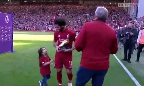 """Khoảnh khắc khoe con gái cùng """"Chiếc giày vàng' của  siêu sao Mohamed Salah gây sốt mạng"""