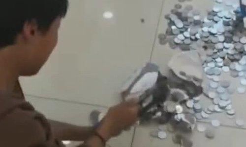 Bé trai Trung Quốc dùng toàn bộ tiền tiết kiệm mua nhẫn tặng mẹ gây xúc động