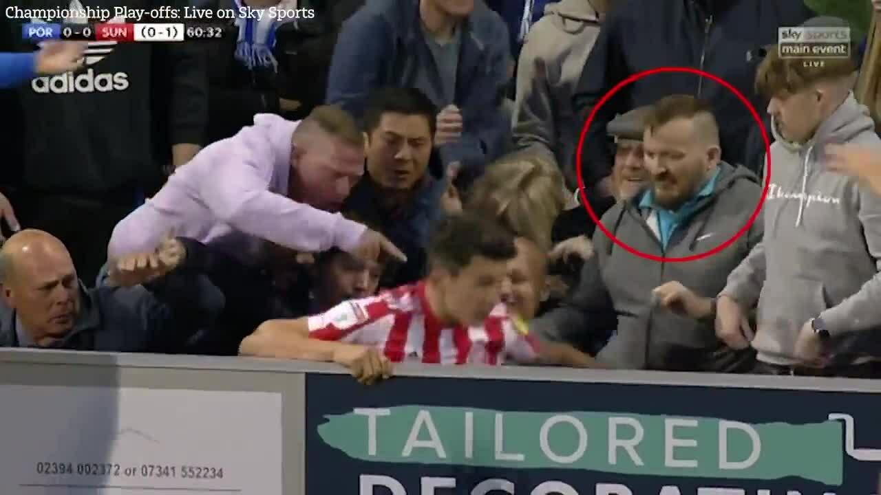 Cầu thủ Anh bị CĐV đấm sau khi văng ra khỏi đường biên