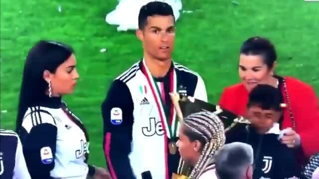 Thay video bài Ronaldo đập cúp vào mặt con trai