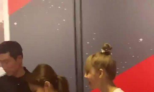 Jennie gây tranh cãi với hành động giật quà của fan tặng Lisa