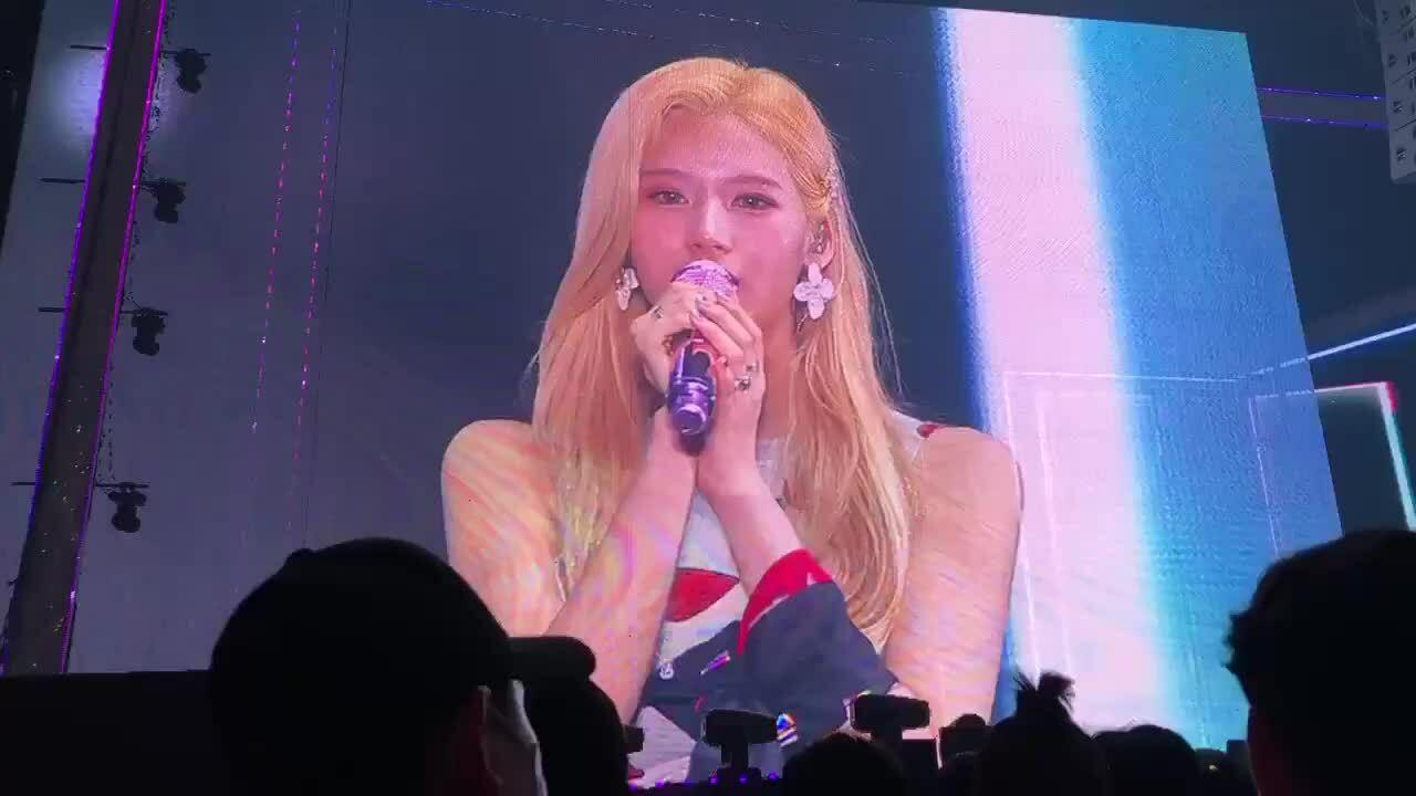 Sana (Twice) bật khóc trên sân khấu, lần đầu lên tiếng sau quãng thời gian bị 'ném đá'