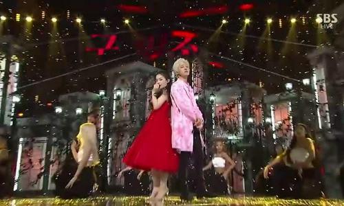 Lee Hi gây tranh cãi với gương mặt 'cứng đơ' khác lạ trên sân khấu