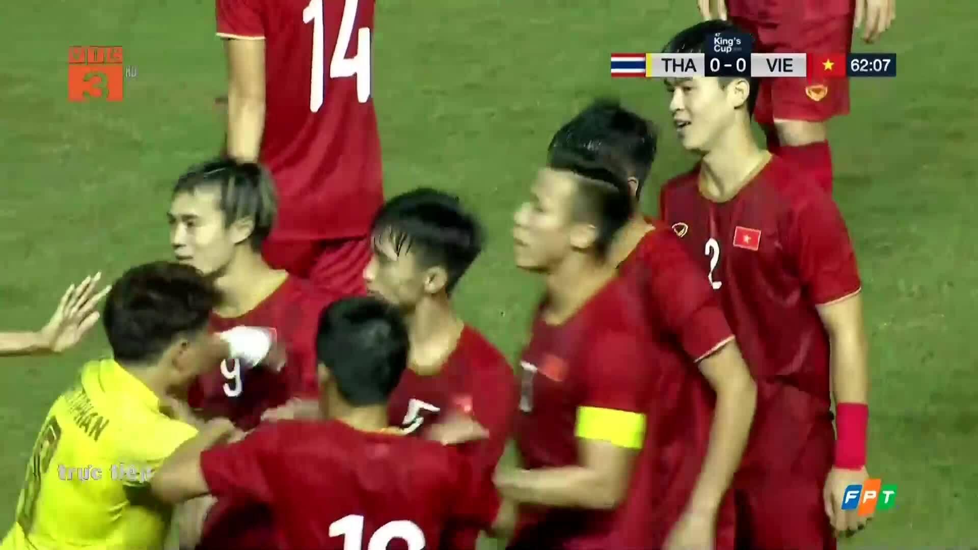 Cầu thủ Thái Lan tát Văn Hậu