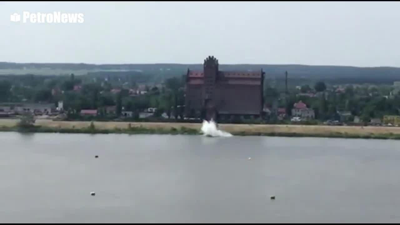 Nhào lộn sai kỹ thuật máy bay rơi xuống sông tại Ba Lan
