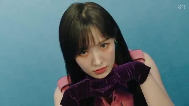 Red Velvet bị 'dìm'' thê thảm trong showcase vì trang phục khó đỡ