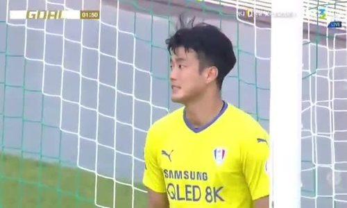 Thủ môn Hàn đá bóng trúng mặt tiền đạo đối phương vào lưới nhà