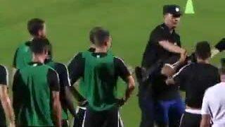 Bắt chước Son 'trêu chọc' nhân viên an ninh, Ronaldo bị ném đá tơi bời