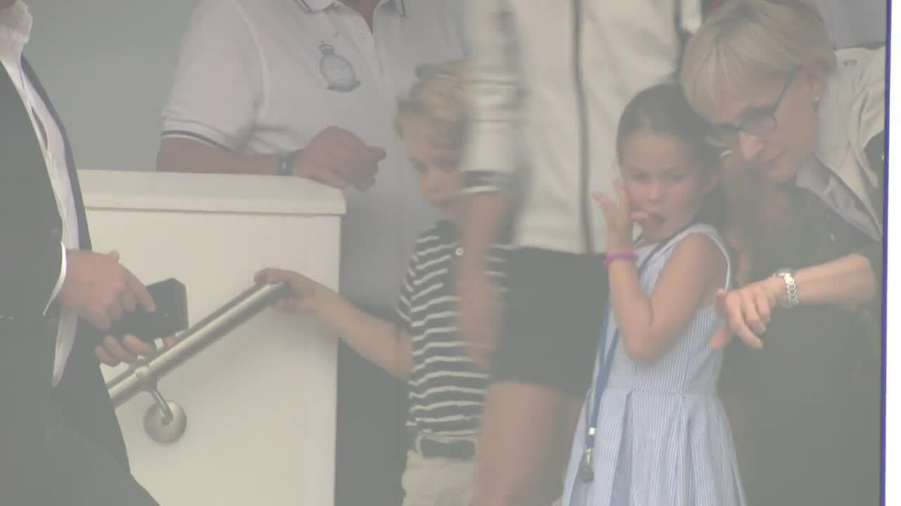 Hoàng tử George và Công chúa Charlotte được bố mẹ đưa tới sự kiện đua thuyền buồm King's Cup