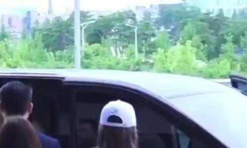 Sakura (IZONE) khiến fan 'phát cuồng' với thời trang sân bay siêu hot