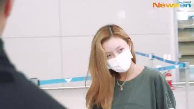 Mặc như 'bà thím' ở sân bay, Hwasa (Mamamoo) vẫn được netizen khen ngợi